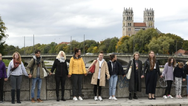 Münchner Schülerinnen und Schüler bildeten in ihrer Mittagspause am Donnerstag eine Kette, um nach dem Terror in Halle ein Zeichen der Menschlichkeit zu setzen.