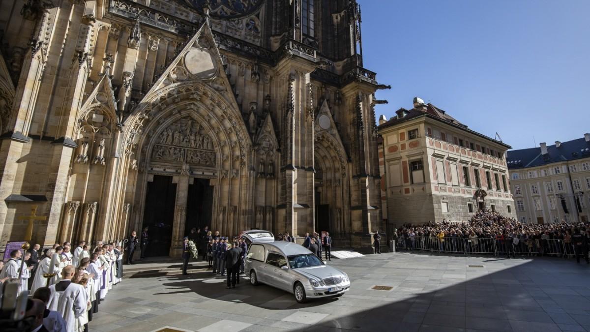 Karel Gott wird beerdigt: Trauerfeier in Prag