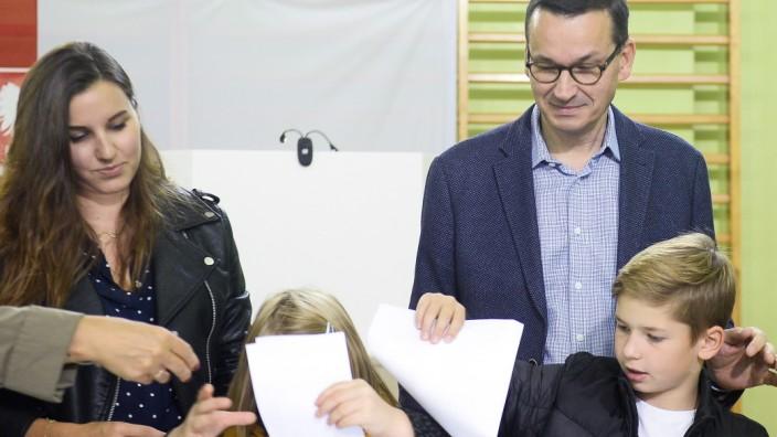Wahl in Polen 2019: Ministerpräsident Mateusz Morawiecki bei der Stimmabgabe