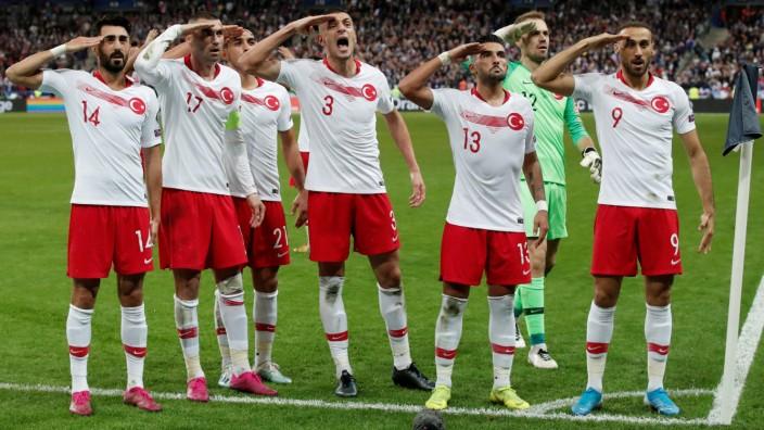 EM-Qualifikation: Türkische Spieler feiern gegen Frankreich mit dem Militärgruß