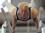 Senioren Sport im Alter, älterer Herr am RBarren bei Deutschen Seniorenmeisterschaften im Geräteturnen im Rahmen des Deutschen Turnfestes in Frankfurt am Main Foto. dpa