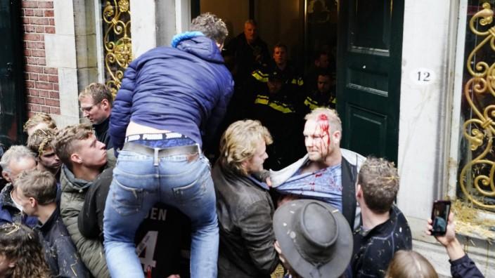 Bauern in Groningen greifen die Polizei mit Stroh an