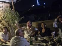 In Tiflis hielt Thomas Dworzak ein Abendessen mit Freunden fest.