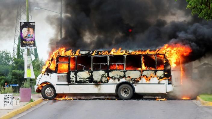 Mexiko: Brennender Bus in Culiacan