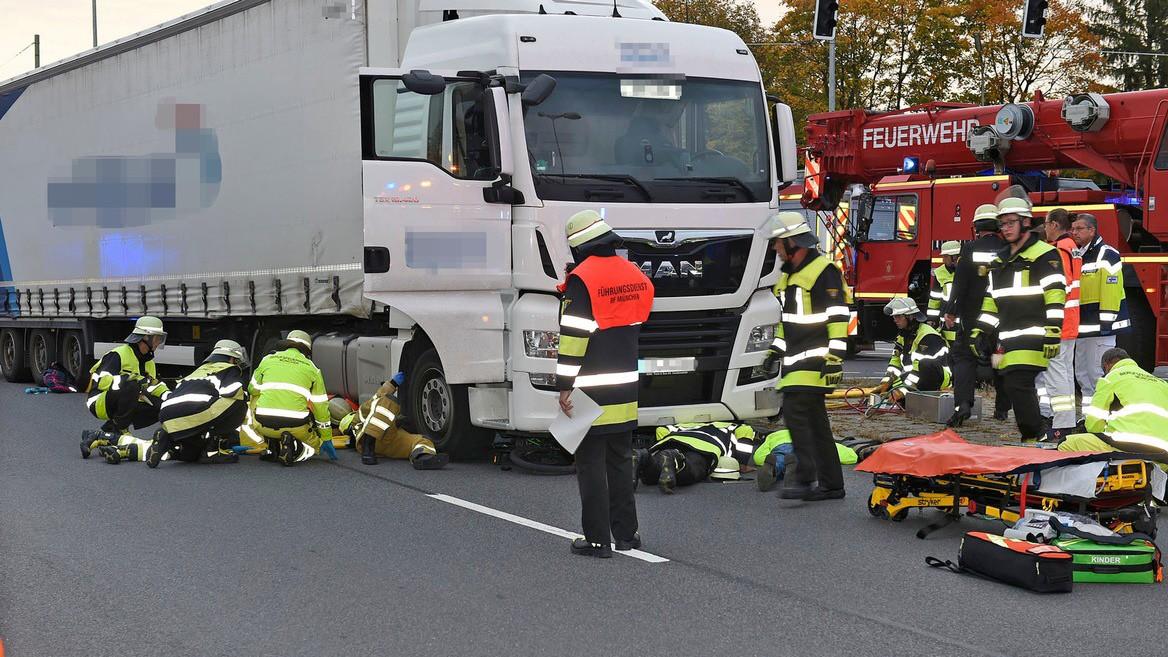 Elfjährige unter Lastwagen eingeklemmt