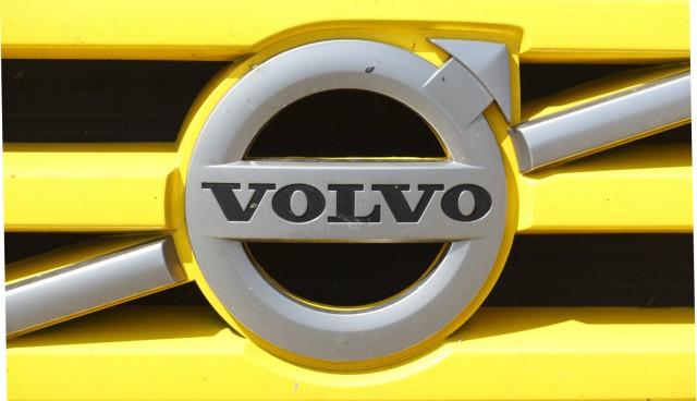 Volvo Logo auf einem gelben Kühlergrill Deutschland Volvo logo on a yellow grille Germany Euro