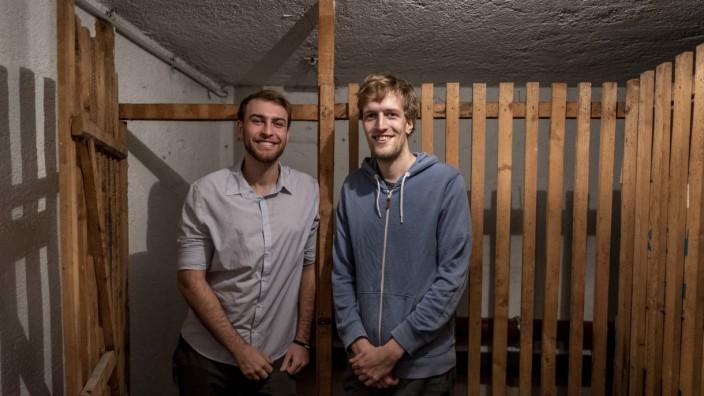 Die Gründer des Start-ups Localstoring Stefan Held und Julius Bär vor einem Kellerabteil in München.