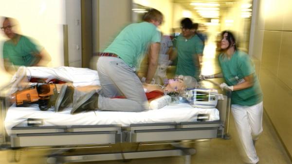Ärzte und Pfleger im Klinikum Bogenhausen trainieren für den Notfall.