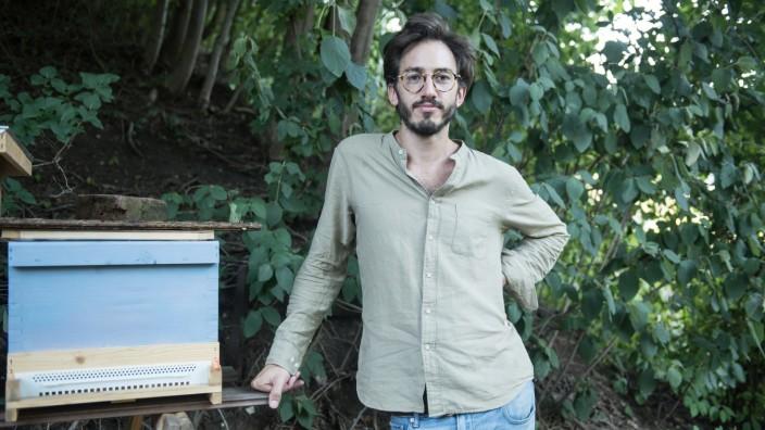 Filmemacher Wouter Wirth mit seinen Bienen.