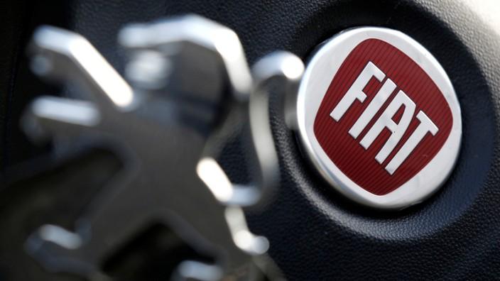 Logos von Peugeot und Fiat