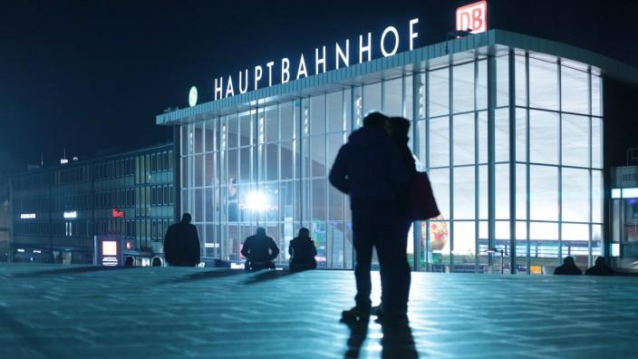 20160319 Passanten im Abendlicht auf der Domplatte zwischen dem Hauptbahnhof in Köln und dem Dom K