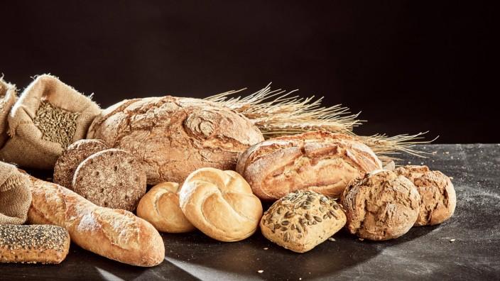 Fresh bread assortment on dark surface PUBLICATIONxINxGERxSUIxAUTxONLY Copyright xfoodandmorex Pan