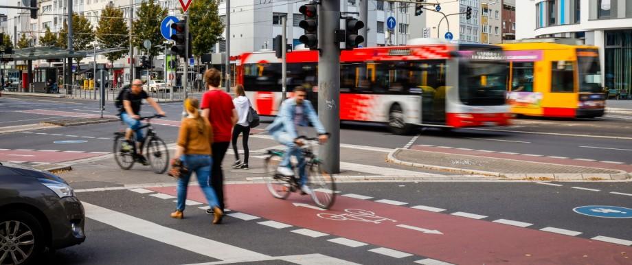 22.09.2019, Bonn, Nordrhein-Westfalen, Deutschland - Strassenkreuzung mit Fussgaengern, Fahrradfahrern, Autos, Bus und S