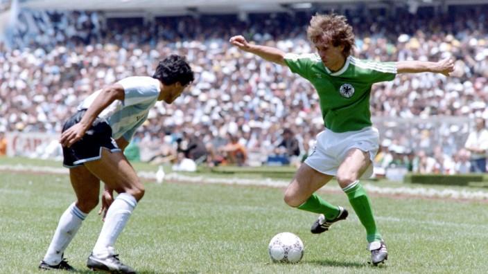 EDER Norbert Team Deutschland mit ENRIQUE Hector FIFA World Cup, WM, Weltmeisterschaft, Fussball 1986 in Mexico Finale; Norbert Eder