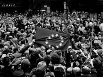 Fall der Mauer Menschen in Westberlin nach der Öffnung der Berliner Mauer, 1989; Online Version Mauerfall