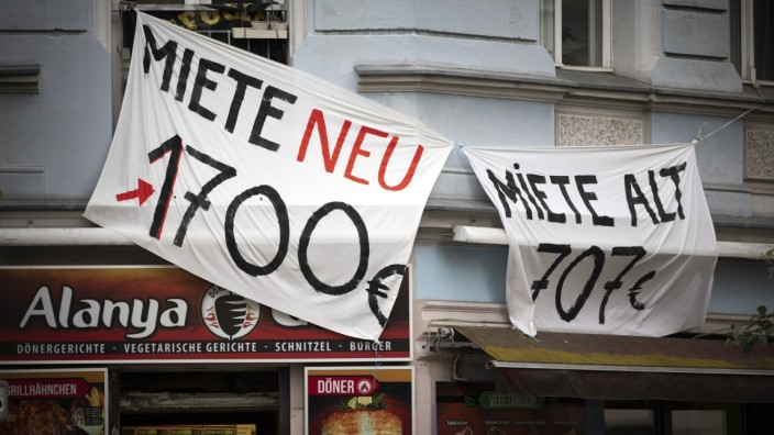 Symbolbild zum Thema Mieterhoehungen im staedtischen Raum. Zwei Banner mit der Aufschrift: Miete neu: 1700 Euro, Miete