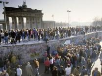 Fall der Berliner Mauer: Menschen aus Ost- und West-Berlin sind auf die Mauer am Brandenburger Tor geklettert. Berlin, Deutschland, Europa