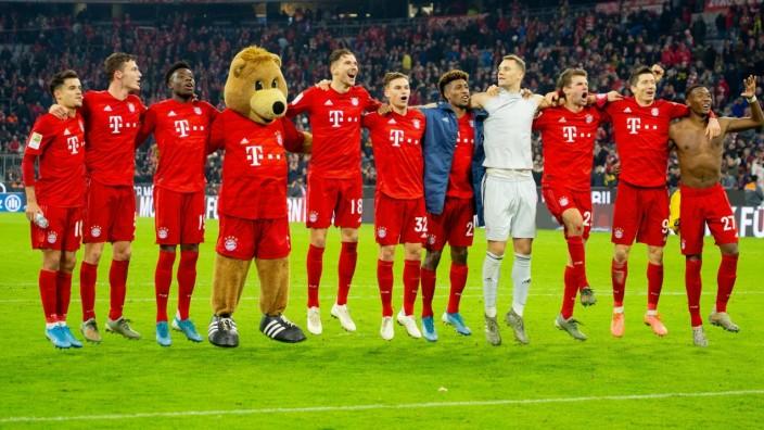 Bayern - Spieler nach Spielende vor ihren Fans. Fussball, FC Bayern Muenchen (M) - Borussia Dortmund (DO), Bundesliga,11; Bayern