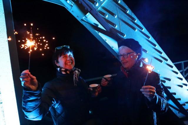 Ulrike und Ermenhild feiern auf der Glienicker Brücke 30 Jahre Mauerfall, Potsdam / Berlin, 9. November 2019. 30 Jahre