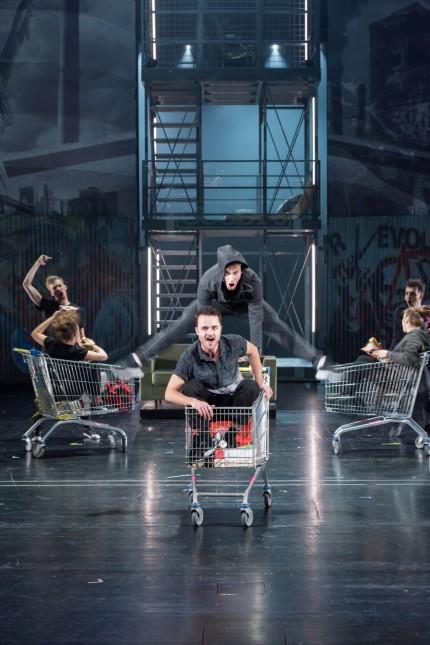 american Idiot | KHP | Prinzregententheater; Theaterakademie August Everding / Green Day's American Idiot / Alexander Sichel, Niklas Schurz und Ensemble  Foto: ©Lioba Schöneck