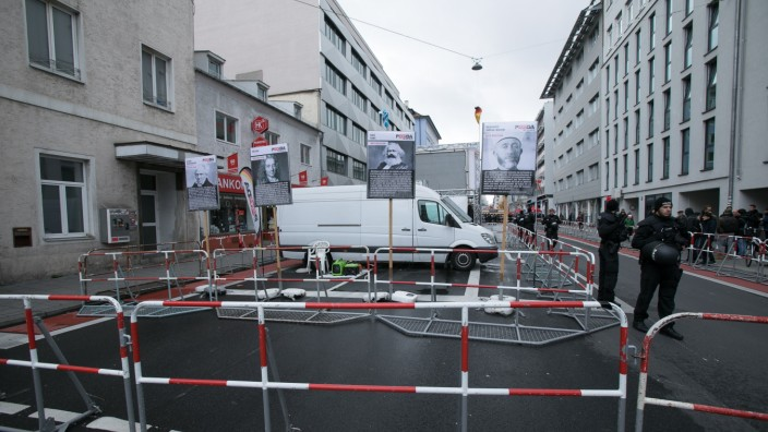 Gegendemo von München ist bunt und der Antifa zu einem Pegida-Aufmarsch vor dem DGB-Haus in der Schwanthalerstraße.