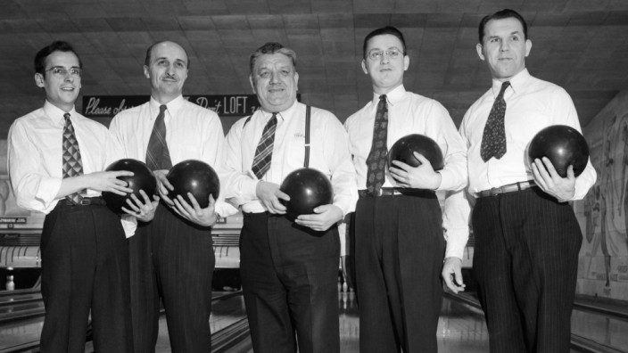A men's bowling team poses at a Chicago alley, ca. 1948