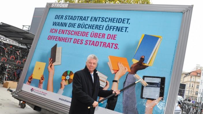 Der Münchner OB Dieter Reiter vor einem Plakat für die Kommunalwahl 2020.