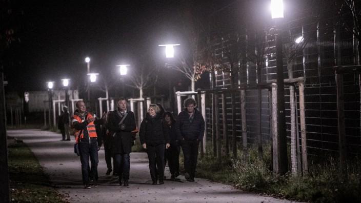 Intelligentes Licht am Fußweg parallel zur Ellis-Kaut-Straße, Freiham