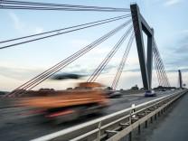 Geschwindigkeitsbegrenzung 100 kmh auf der A44 auf der Flughafenbrücke Düsseldorf Nordrhein Westfa