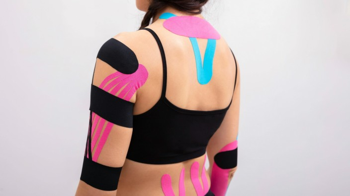 Rear View Of Woman With Physio Tape model released Symbolfoto PUBLICATIONxINxGERxSUIxAUTxONLY Cop