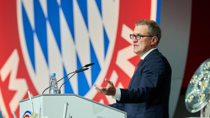 Jan Christian Dreesen managing financial director FCB speaks at the annual general Meeting FC BA; Jan-Christian Dreesen, FC Bayern
