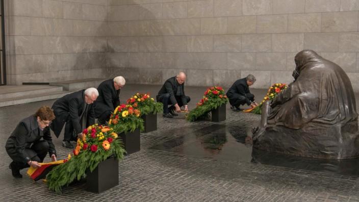Kranzniederlegung im Gedenken an die Toten