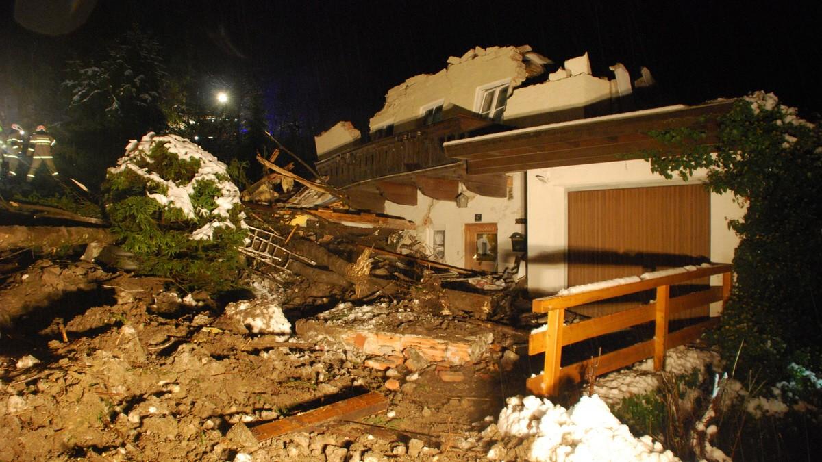 Unwetter schneiden Orte in Österreich von Außenwelt ab