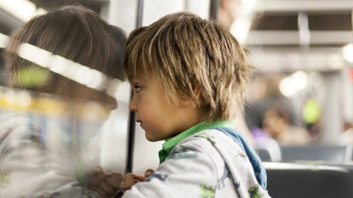 Little boy looking through window of a subway train model released Symbolfoto PUBLICATIONxINxGERxSUI