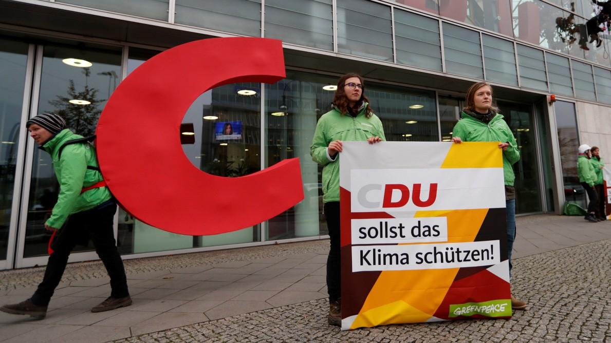CDU: Greenpeace-Aktivisten entfernen C aus Logo der CDU
