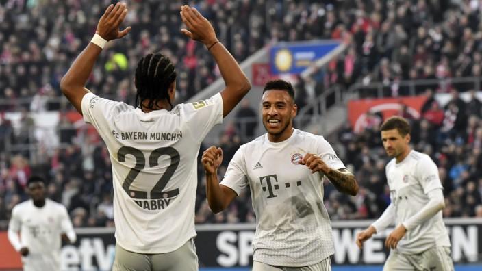 FC Bayern: Corentin Tolisso und Serge Gnabry jubeln in Düsseldorf