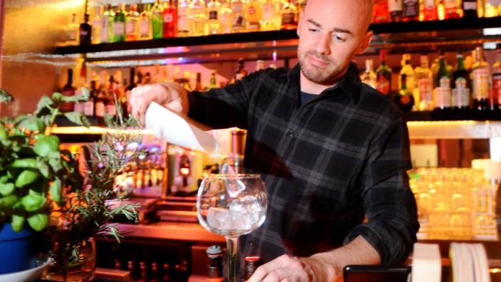 Dennis Hallweger steht in der Bar selbst hinter dem Tresen.