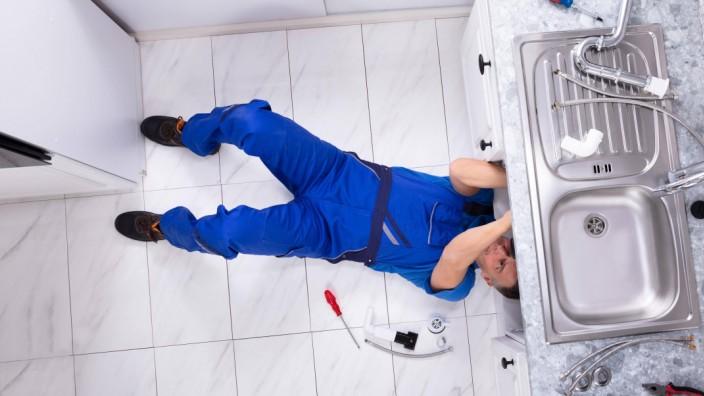 Handyman Repairing Sink Pipe model released Symbolfoto PUBLICATIONxINxGERxSUIxAUTxONLY Copyright