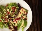 Wintersalat mit Sesamdressing und Granatapfelkernen vegetarisch