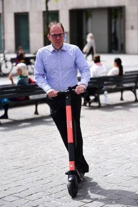 Manuel Pretzl mit E-Scooter in München, 2019