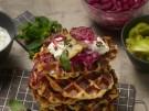 Knusprige Maiswaffeln mit Kaese und Zwiebel-Tomaten-Topping 7