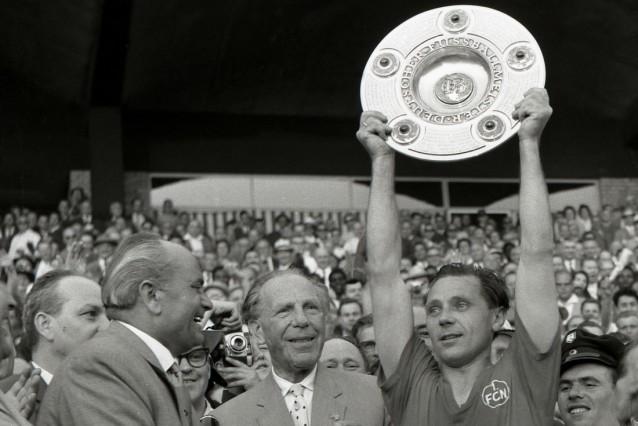 deutsche FB-Meisterschaft 1961 / Max Morlock (FCN) und Peco Bauwens mit der Meisterteller