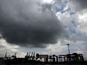 Dunkle Wolken über dem Hamburger Hafen, Foto: dpa