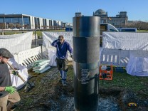 Abbau der umstrittenen Säule vor Reichstag