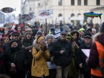 Sardinen-Demo am Odeonsplatz. Demonstration gegen den Rechtsruck in Italien.
