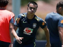 Brazilian midfielder Reinier (C), a Flamengo player and whose hiring is negotiated by Real Madrid, runs during a trainin; Reinier Flamengo Real