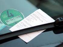 Strafzettel fuer Falschparken klemmt an der Windschutzscheibe eines Auto s in der Innenstadt Muenche