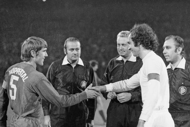 1 Bundesliga Wuppertaler SV FC Bayern München 1 1 04 10 1972 Begrüßung der Kapitäne Manfred R; Fußball