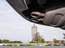 20.09.2019, xkvx, Wirtschaft, Volkswagen Werk Wolfsburg / Zentrale, Hochaus Konzernzentrale, Auspuff, Abgase, Diesel, B