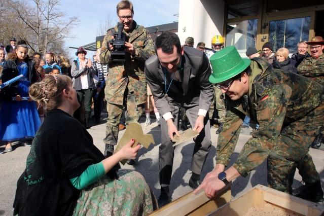Pöckings Narren stürmen Kaserne; Narrensturm auf die Kaserne
